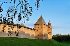 Torres de la fortaleza de Veliky Novgorod el Kremlin en puesta del sol coloreada del verano en Veliky Novgorod, Rusia Fotos de archivo libres de regalías