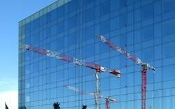 Torres de la grúa reflejadas Imagen de archivo libre de regalías