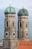 Torres de la iglesia de la catedral de Frauenkirche en Munich Imagen de archivo libre de regalías