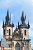 Torres de la iglesia de Tyn en la ciudad de Praga Imagen de archivo libre de regalías