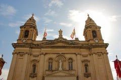 Torres de la iglesia hermosa vieja festivamente adornada para el día de fiesta religioso del festa anual en Marsa, Malta imagen de archivo libre de regalías