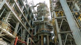 Torres de la producción y sistema de tubería complicado almacen de video