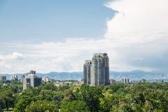 Torres de la propiedad horizontal que suben de árboles en Denver Imagen de archivo libre de regalías