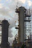 Torres de la refinería de petróleo Imagen de archivo libre de regalías