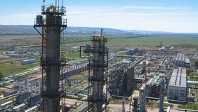 Torres de la refinería del gas contra la opinión aérea de la planta metrajes