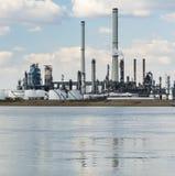 Torres de la refinería del puerto de Amberes Foto de archivo