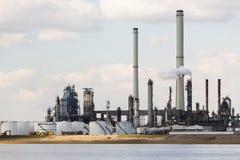 Torres de la refinería del puerto de Amberes Imagenes de archivo