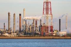 Torres de la refinería del puerto en luz del sol de la tarde Imagenes de archivo