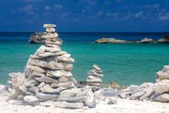 Torres de la roca en la playa del Caribe Foto de archivo libre de regalías