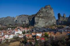 Torres de la roca de los monasterios de Meteora encima de ellos Foto de archivo libre de regalías