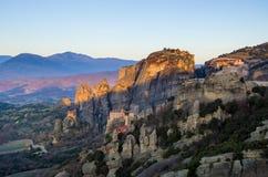 Torres de la roca de los monasterios de Meteora encima de ellos Imagen de archivo