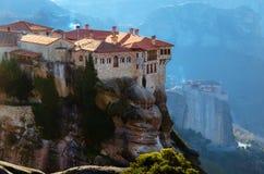 Torres de la roca de los monasterios de Meteora encima de ellos Imagen de archivo libre de regalías