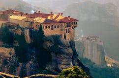 Torres de la roca de los monasterios de Meteora encima de ellos Fotos de archivo