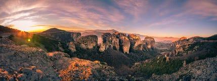 Torres de la roca de los monasterios de Meteora encima de ellos Imagenes de archivo