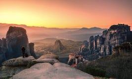 Torres de la roca de los monasterios de Meteora encima de ellos Fotografía de archivo libre de regalías