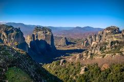 Torres de la roca de los monasterios de Meteora encima de ellos Fotografía de archivo