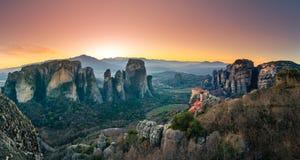 Torres de la roca de los monasterios de Meteora encima de ellos Fotos de archivo libres de regalías