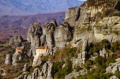 Torres de la roca de los monasterios de Meteora encima de ellos Foto de archivo