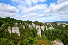 Torres de la roca de la piedra arenisca en área verde del bosque Imagen de archivo libre de regalías