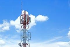 Torres de la señal en el cielo azul Foto de archivo
