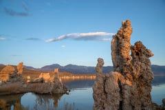 Torres de la toba volcánica del mono lago California durante salida del sol imágenes de archivo libres de regalías