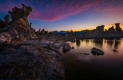 Torres de la toba volcánica en el mono lago contra el cielo hermoso de la puesta del sol Fotos de archivo