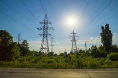Torres de la transmisión de Electric Power y humo de la fábrica Foto de archivo libre de regalías