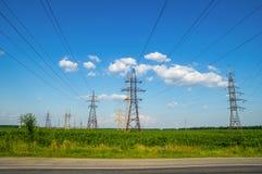 Torres de la transmisión de energía eléctrica Imagen de archivo libre de regalías