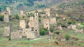 Torres de la vista y torres defensivas del Cáucaso del norte Edificios medievales monumentales históricos en las montañas almacen de video