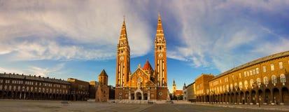 Torres de los Dom de la señal de Szeged en la puesta del sol hermosa imagen de archivo libre de regalías