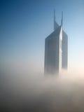 Torres de los emiratos en niebla Foto de archivo libre de regalías