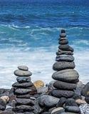 Torres de los guijarros en la playa Foto de archivo