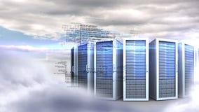 Torres de los servidores en fondo del cielo nublado