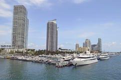 Torres de lujo de la propiedad horizontal que pasan por alto el puerto deportivo de Miami Beach Fotos de archivo libres de regalías