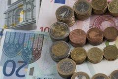 Torres de monedas euro bajo la forma de muestra euro foto de archivo libre de regalías
