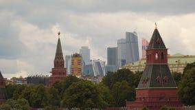 Torres de Moscou, de Kremlin e construções modernas Imagens de Stock Royalty Free