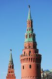 Torres de Moscovo Kremlin em um dia ensolarado. Fotografia de Stock Royalty Free