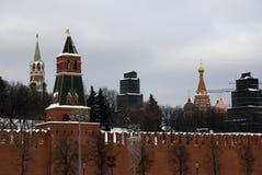 Torres de Moscovo Kremlin Foto do inverno da cor Imagens de Stock Royalty Free