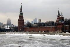 Torres de Moscovo Kremlin Foto do inverno da cor Fotografia de Stock