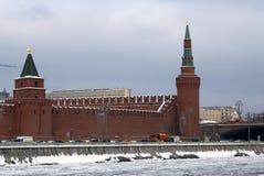 Torres de Moscovo Kremlin Foto do inverno da cor Fotografia de Stock Royalty Free