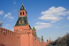 Torres de Moscovo Kremlin Foto do inverno da cor Imagem de Stock Royalty Free