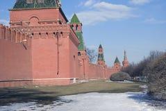 Torres de Moscovo Kremlin Foto do inverno da cor Fotos de Stock Royalty Free