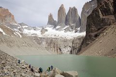 Torres de Paine e de lagoa no parque nacional de Torres del Paine, Patagonia chileno, o Chile Fotos de Stock