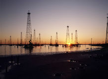 Torres de perforación al horizonte Fotografía de archivo libre de regalías