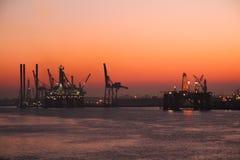 Torres de perforación de la plataforma petrolera en puerto Imágenes de archivo libres de regalías
