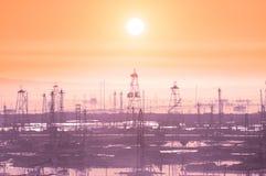 Torres de perforación de petróleo el madrugada Imagenes de archivo