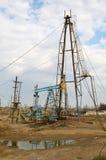Torres de perforación de petróleo en la orilla Fotografía de archivo