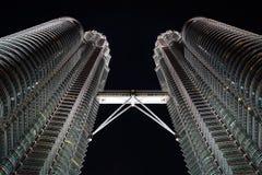Torres de Petronas en la noche Fotos de archivo libres de regalías