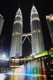 Torres de Petronas na noite Fotografia de Stock Royalty Free