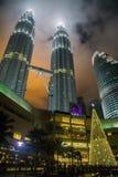 Torres de Petronas na noite Fotografia de Stock
